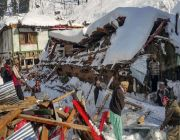 Avalanches kill at least 100 in Kashmir